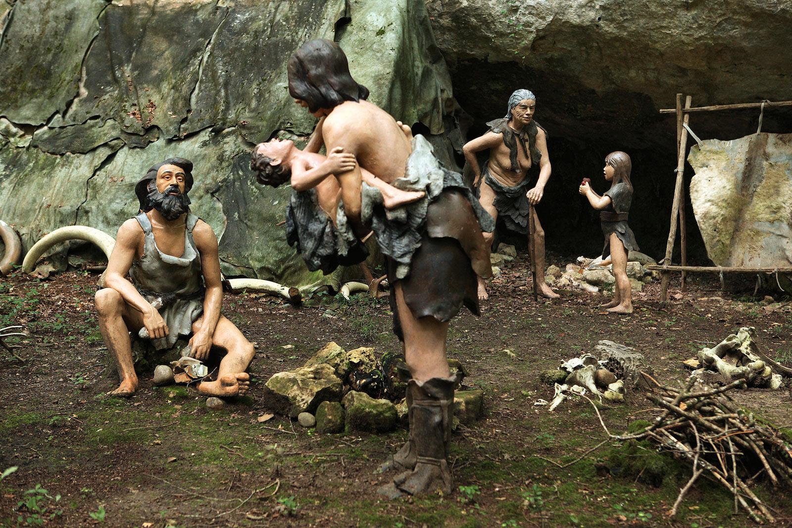 Habitat Cro-Magnon PREHISTO PARC - La Préhistoire comme si vous y étiéz de Neandertal à Cro-Magnon